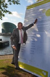 Staatssecretaris Joop Atsma tekent de overeenkomst